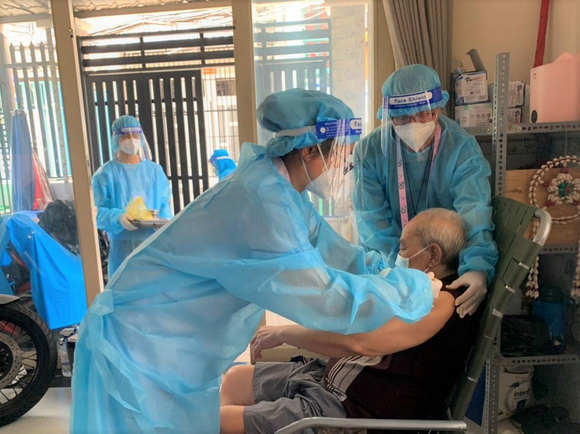 Triển khai tiêm mũi 2 vắc-xin Pfizer cho người đã tiêm mũi 1 vắc-xin Moderna