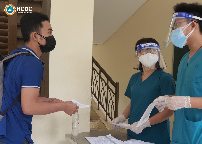 Bệnh nhân COVID-19: Mừng rơi nước mắt trong ngày được xuất viện! - 3
