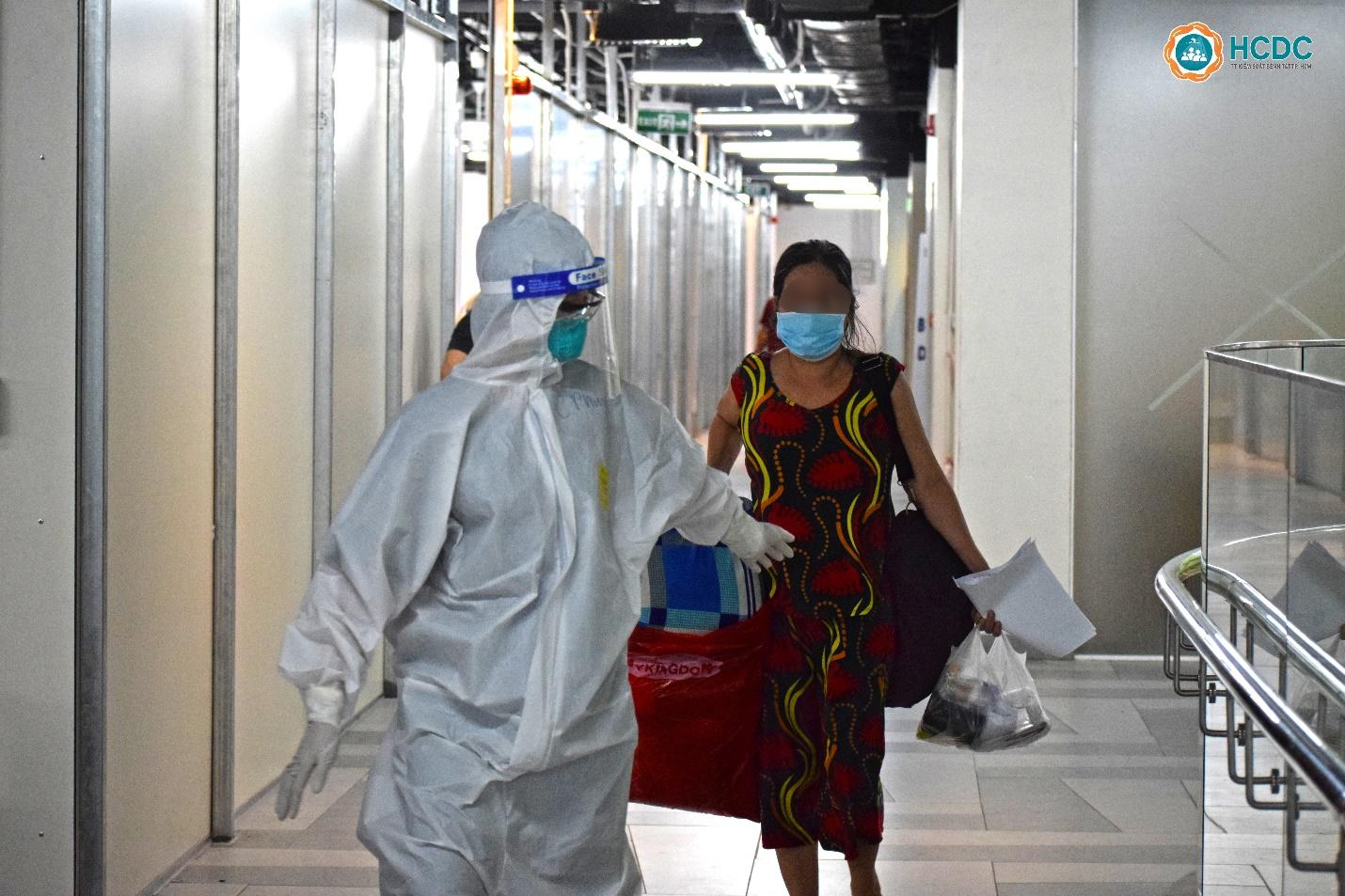 Ngày đầu nhận bệnh nhân điều trị COVID-19 tại Bệnh viện dã chiến số 5